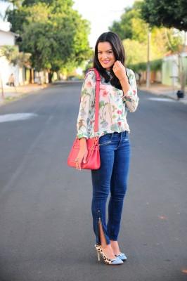 calça jeans com blusa floral
