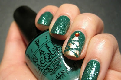 green-glitter-with-christmas-tree-accent-nails