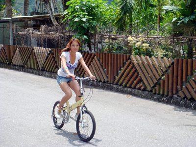 garota andando de bicicleta
