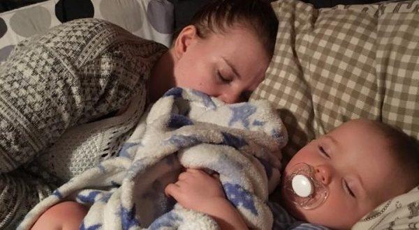 Pai faz post emocionante para a mãe de seu bebê, que está sempre cansada.