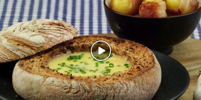 Fondue de queijo no pão com batatas enroladas em bacon